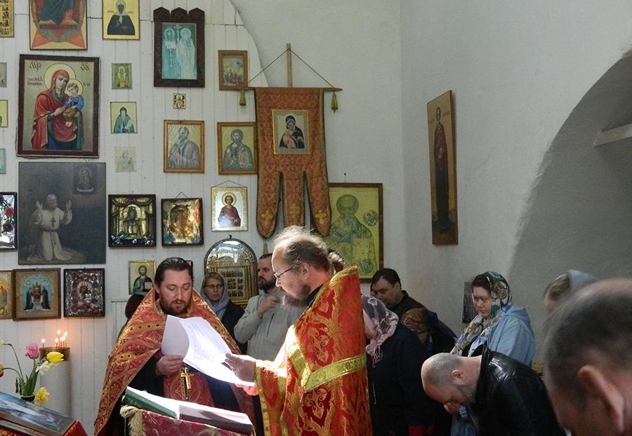17 мая 2015 г. Молебен в Троицком храме села Татево служат о. Артемий Рублёв и о. Алексий Авдюшко