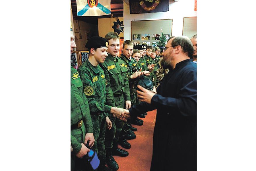 Священник с воспитанниками