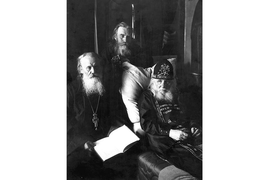 1925 год Слева направо архимандрит Кронид (Любимов), монах Макарий (Моржов), иеросхимонах Алексий (Соловьев), старец Зосимовой пустыни