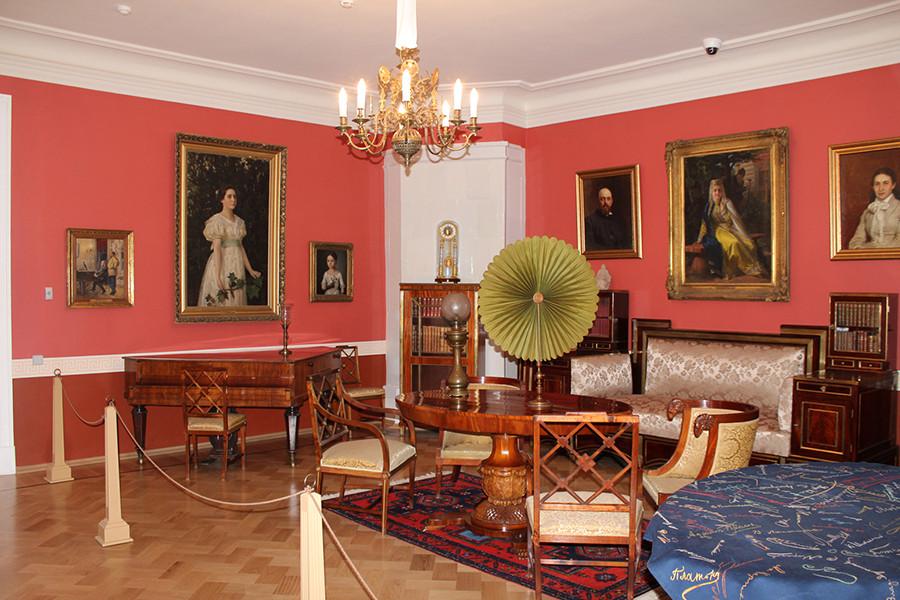 Красная гостиная. Усадебный дом