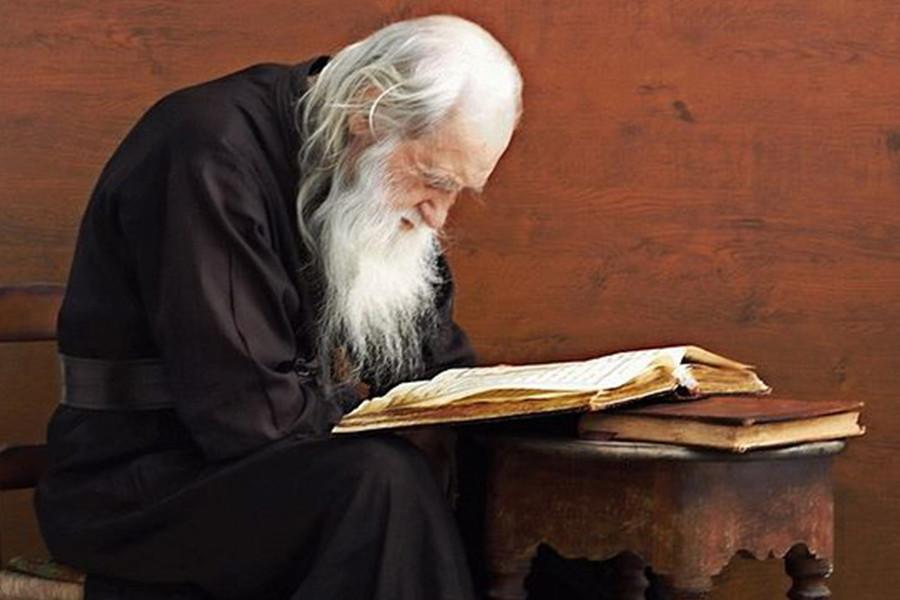 Старец Иеремия, наместник Пантелеимонова монастыря на Афоне, читает Евангелие