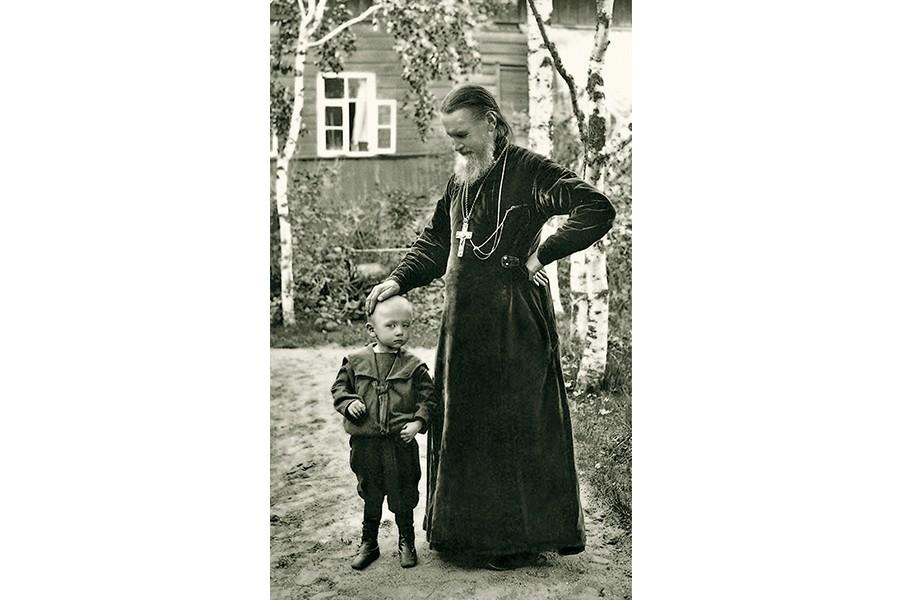 Батюшка Иоанн с крестником 1890 г