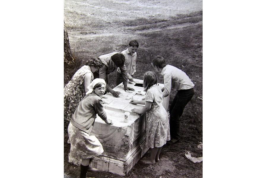 Мытье надгробия детьми из села Эммануиловка