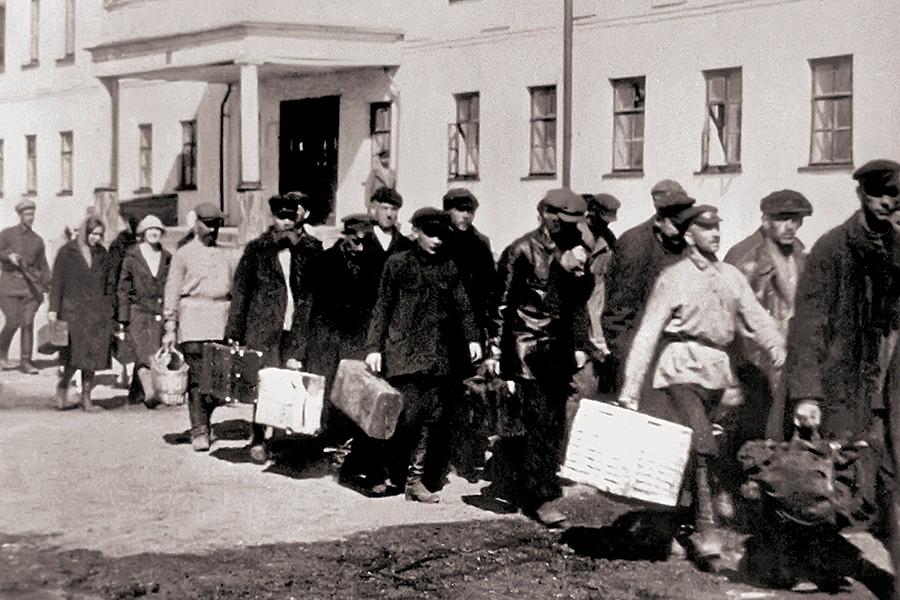 Прибытие нового этапа Кадр из кф Соловки 1928