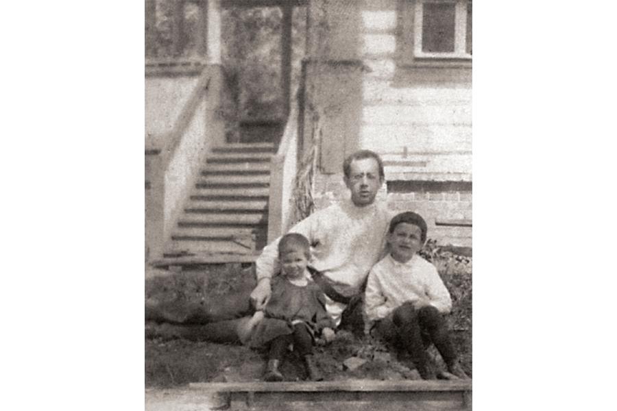 Священномученик Владимир Амбарцумов с детьми сыном Евгением и Лидией