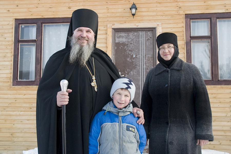 Архимандрит Георгий с игуменией Анастасия и с внуком Ваней 2008