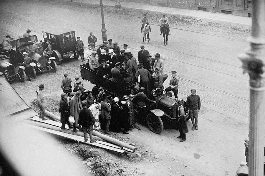 Обвиняемые по делу об изъятии церковных ценностей садятся в автомобиль после окончания судебного процесса 1922