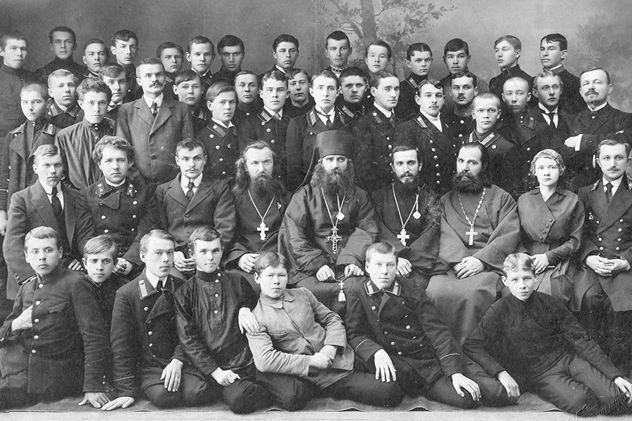 Преподаватели и воспитанники 4 класса Кашинской духовной семинарии 1918