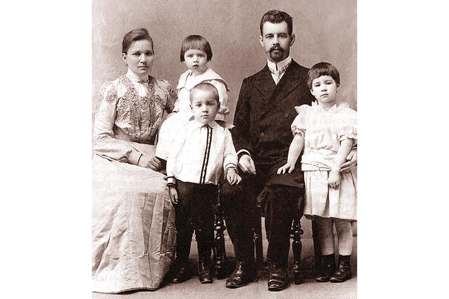 Василий Павлович Смирнов со своей семьей