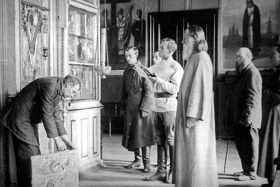 Снятие драгоценного оклада в 1921 г