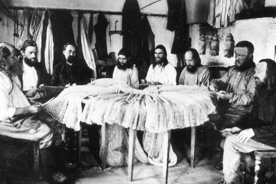 Сетевязальная мастерская Филимоновой рыболовной тони на Солорвках_Архиепископ Иларион второй справа