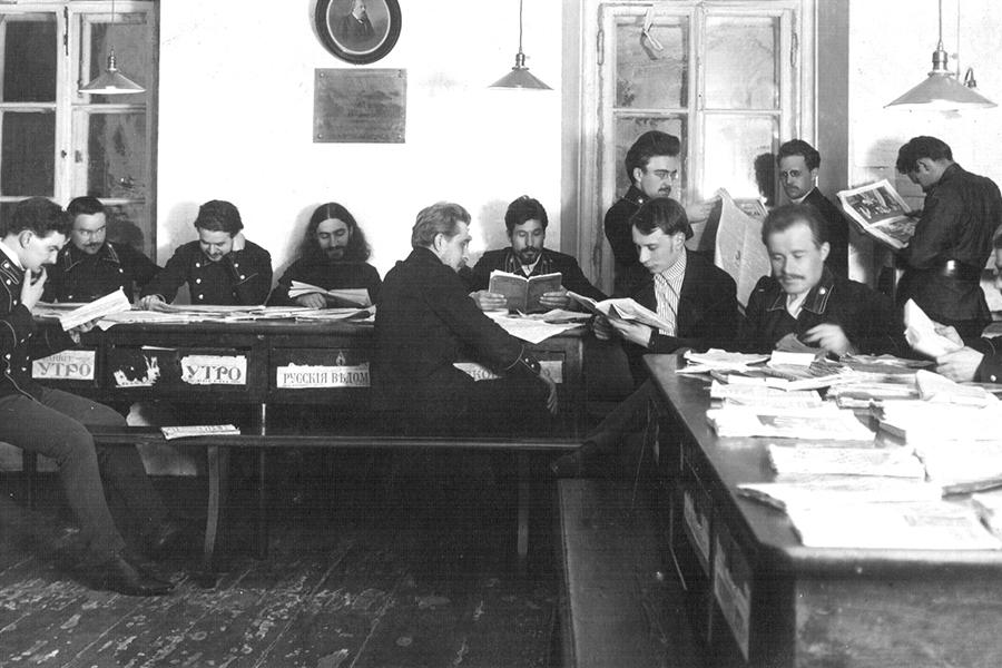 Студенты Московской духовной академии за домашними учебными занятиями и в библиотеке