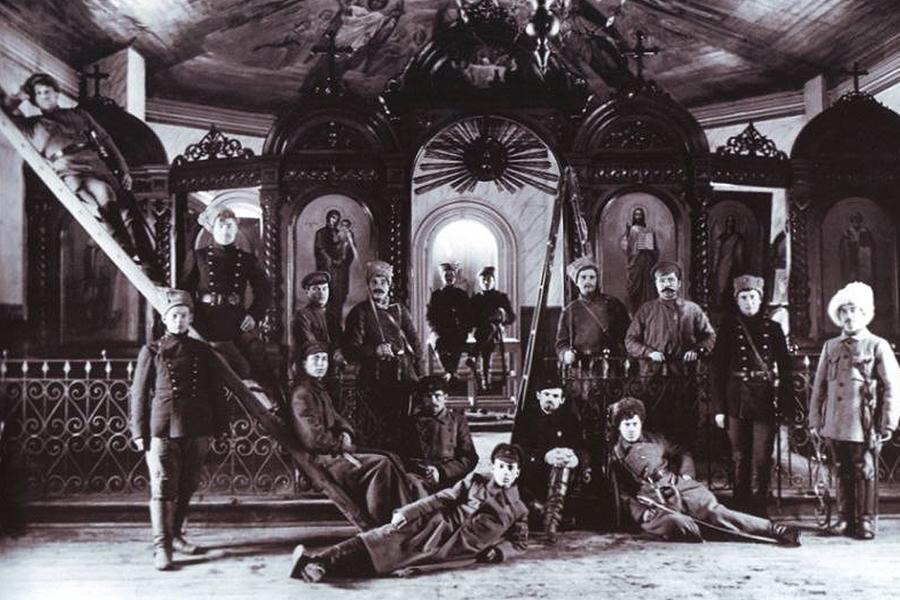 Большевики в церкви