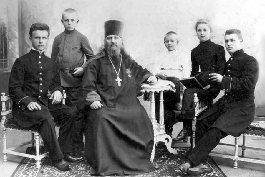 Священник Алексей Троицкий с детьми, крайний слева Владимир, будущий святитель Иларион