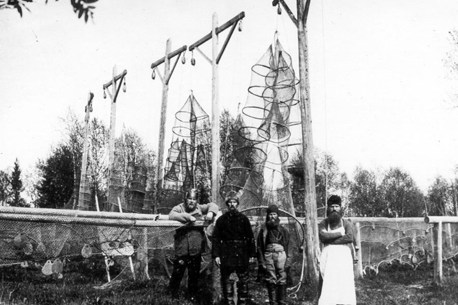 Святитель Иларион, крайний слева, в Соловецком лагере