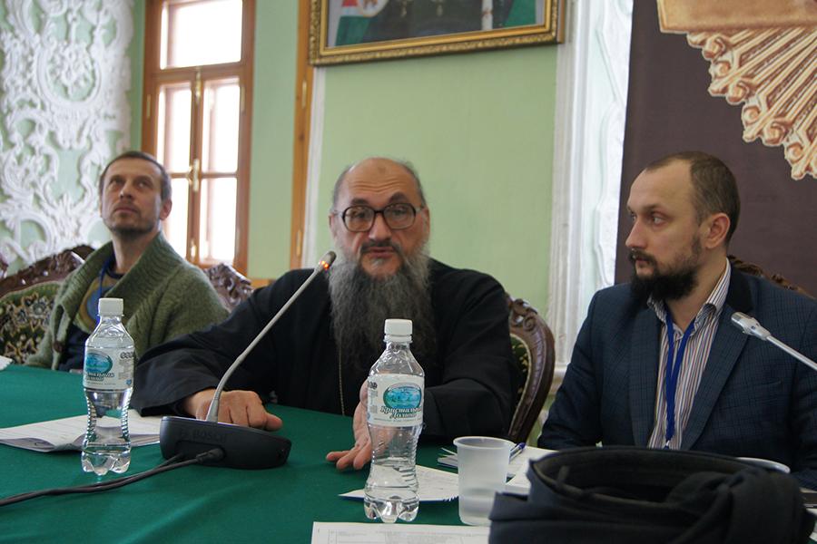 Председатель Объединения православных ученых протоиерей Геннадий Заридзе (в центре)
