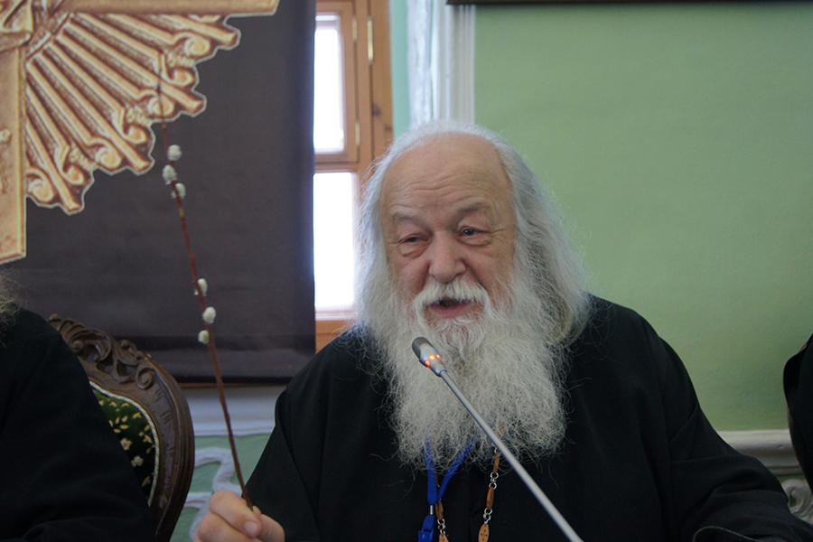 Протоиерей Валериан Кречетов с веточкой вербы, которая ежегодно распускается в ночь под праздник Введения во храм Пресвятой Богородицы