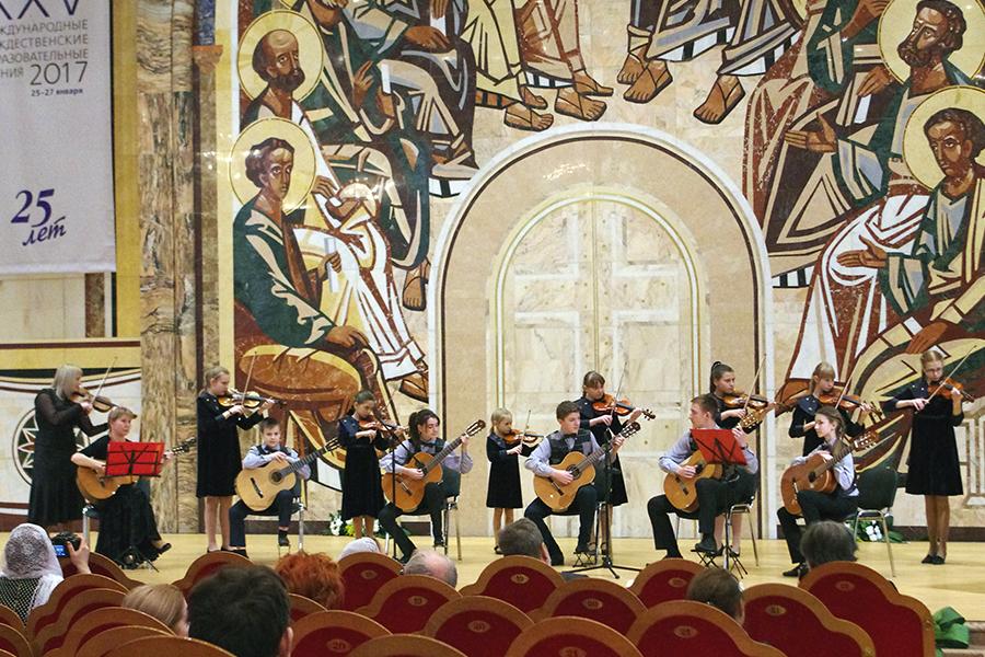 Инструментальный ансамбль скрипачей и гитаристов Гармония, руководители Светлана Юрьевна Шаповалова и Светлана Геннадиевна Носкова