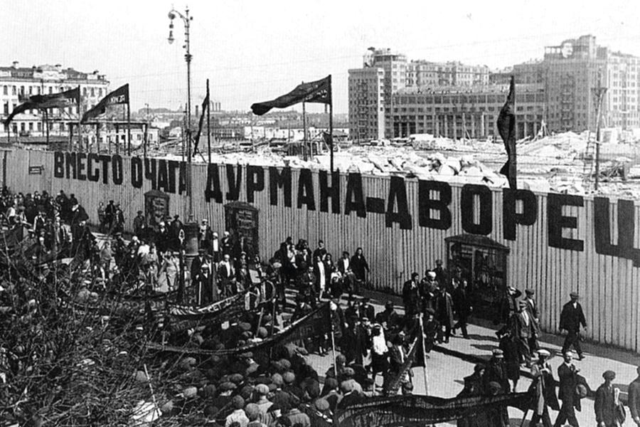 Колонна демонстрантов у разрушенного Храма