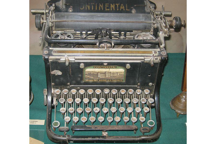 Старинная машинка Continental со стертыми дореформенными буквами