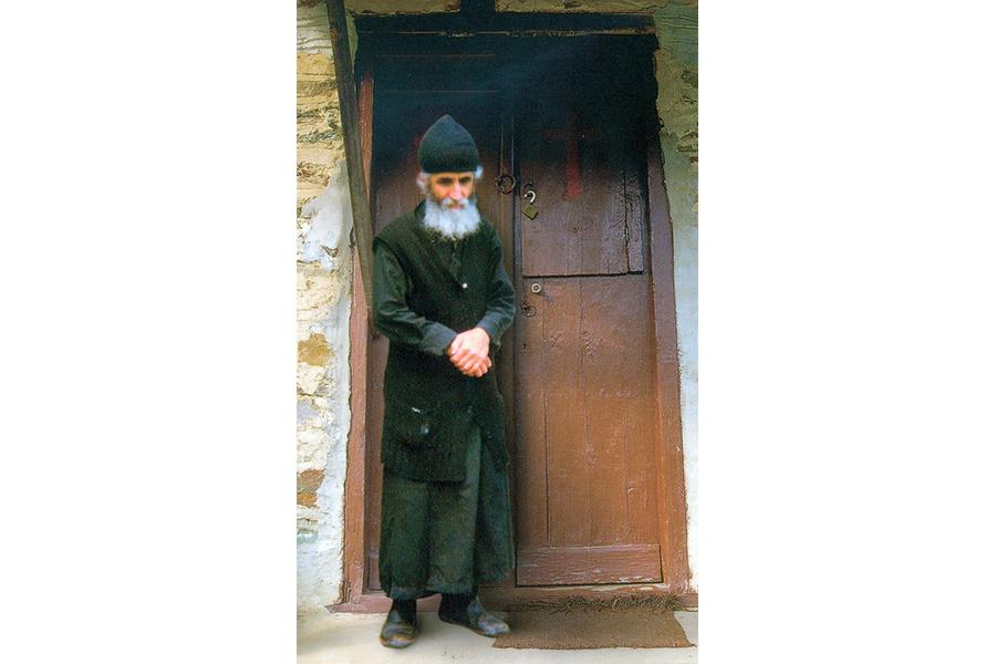 Преподобный Паисий у порога своего дома