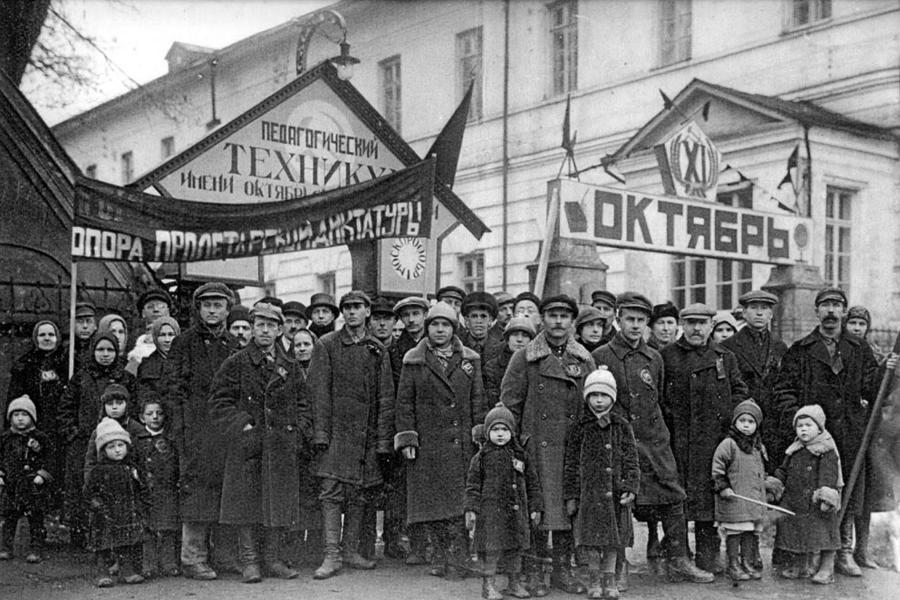 Педагоги и учащиеся педагогического техникума перед выходом на демонстрацию. Снимок сделан у входа в бывшую Духовную академию 1927