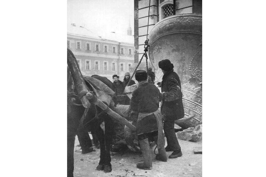 Разбиение колоколов Троице-Сергиевой Лавры