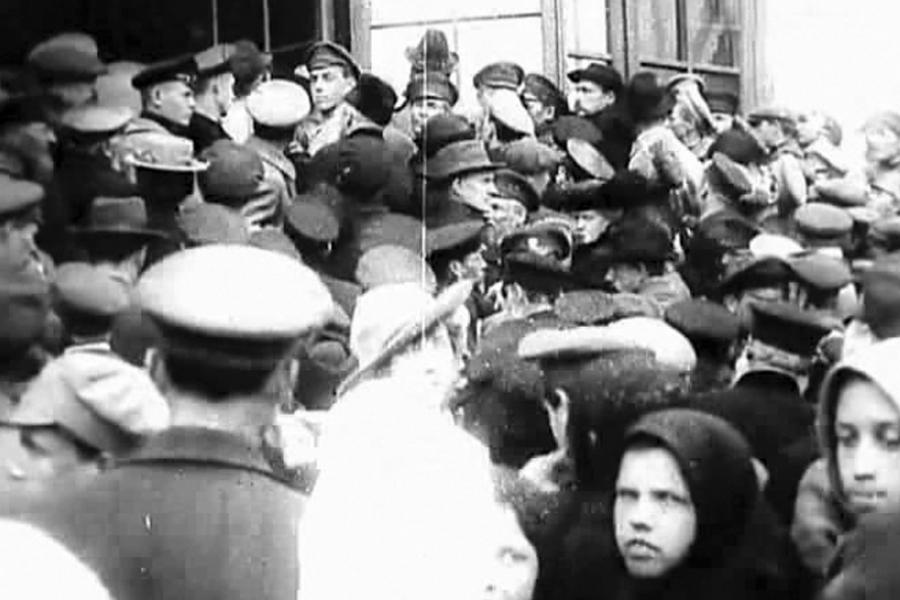 Толпа народа у Лавры во время вскрытия мощей Преподобного