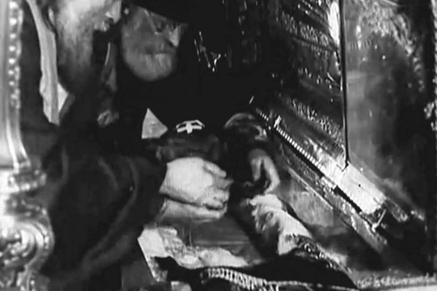 Кадр из фильма Вскрытие мощей
