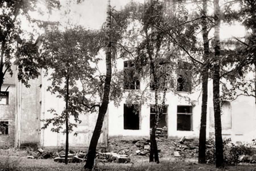 Покровский храм, перестроенный в 1930-е годы под школу