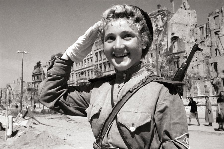 Русская регулировщица в Берлине в 1945 году
