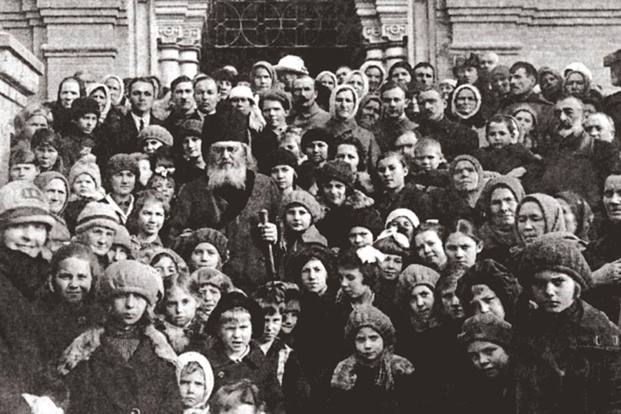 Епископ Лука в окружении паствы. Ташкент, 1936 г.