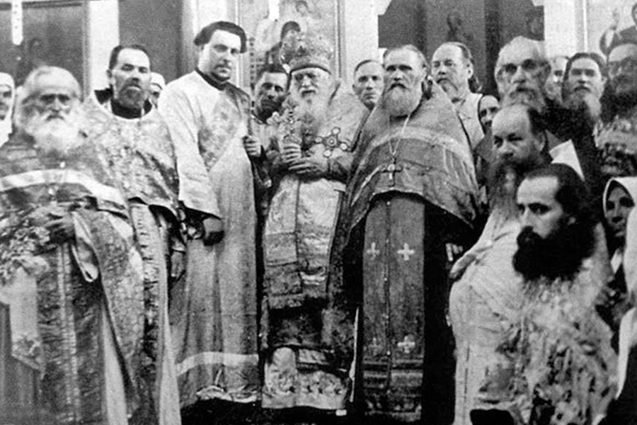 Архиепископ Лука в Свято-Троицком соборе с клиром. Симферополь. 1953 г.
