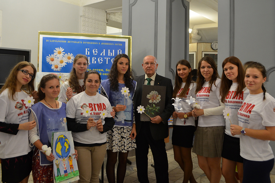 Волонтеры, участники акции Белый цветок с ректором Игорем Эдуардовичем Есауленко