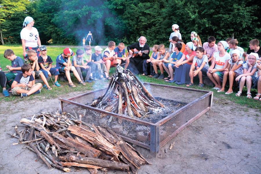 Вечер бардовской песни у вечернего костра, выступление диакона Михаила Околот в лагере Горний Посад