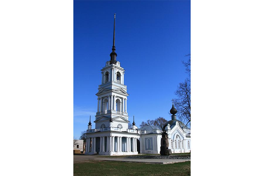 Восстановленная Вознесенская церковь и колокольня в Калязине, где покоятся мощи преподобного Макария