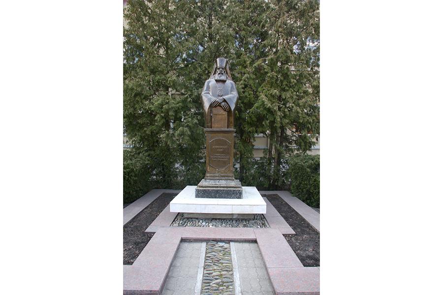 Памятник святителю Луке на территории городской больницы №2 имени святителя