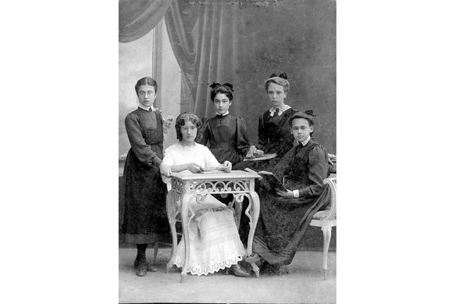 Учетильница в окружении своих учениц в Севастопольской женской гимназии