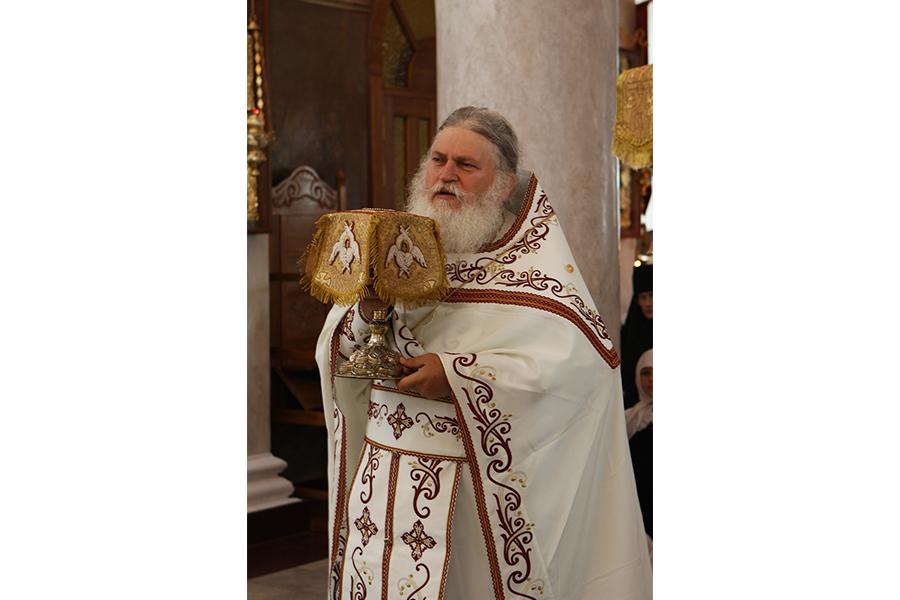 Архимандрит Ефрем Ватопедский служит литургию в Свято-Никольском монастыре в 2011 году