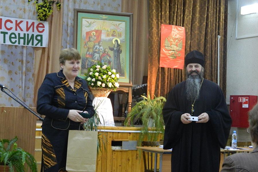 Настоятель Борисоглебского монастыря игумен Иоанн вручает награды учителям школы города Борисоглебска
