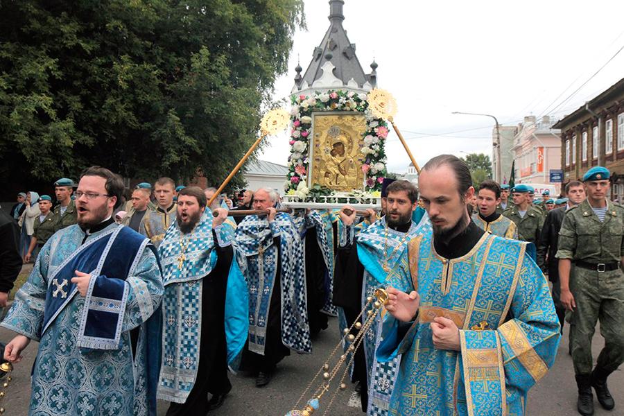 Крестный ход с Феодоровской иконой Божией Матери
