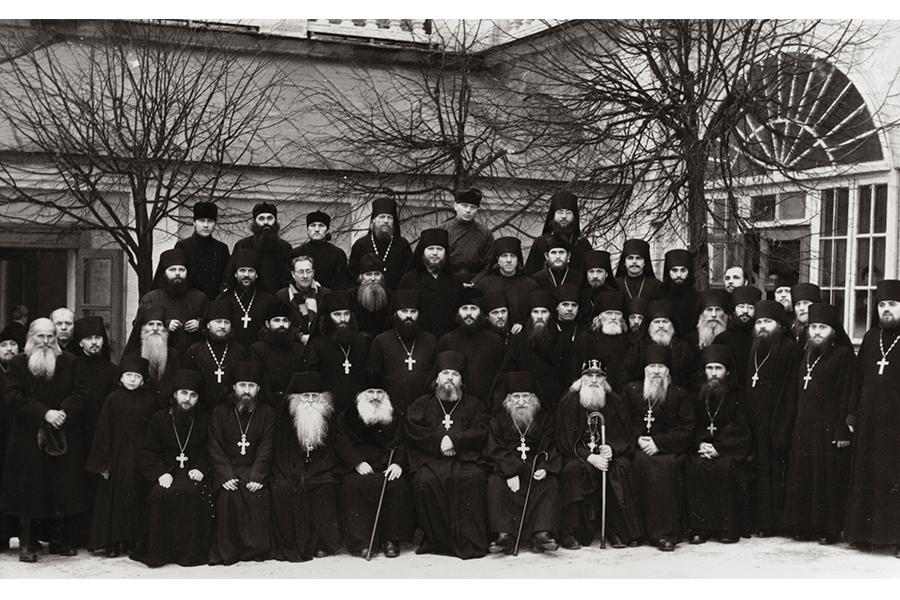 Братия Свято-Троицкой Сергиевой Лавры, 1960-е годы, в верхнем ряду третий справа отец Лаврентий