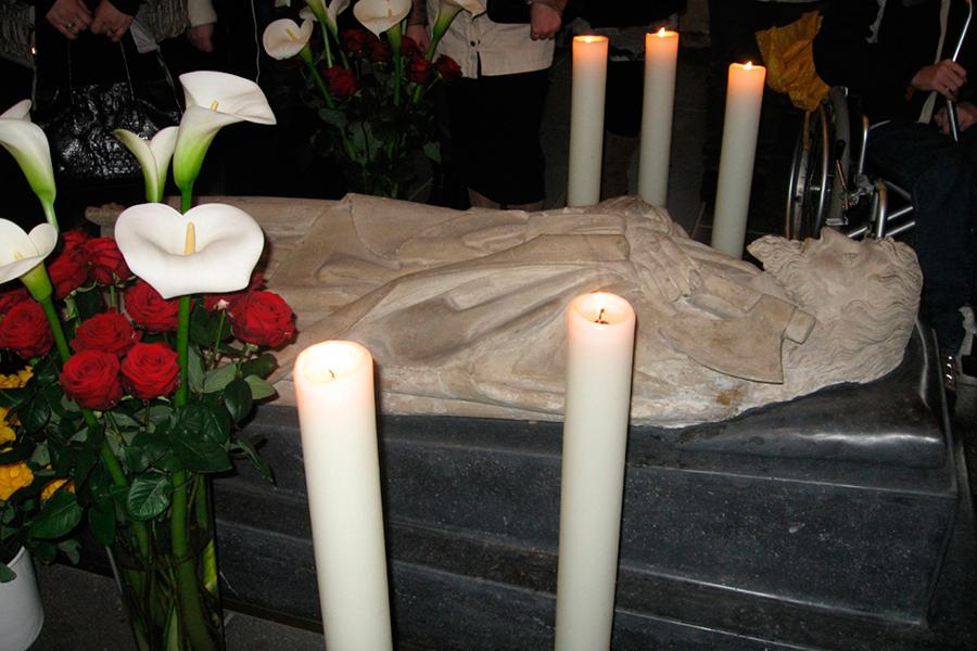 Мощи апостола Матфия, ковчег с ними вмонтирован в мраморное надгробие, Трир