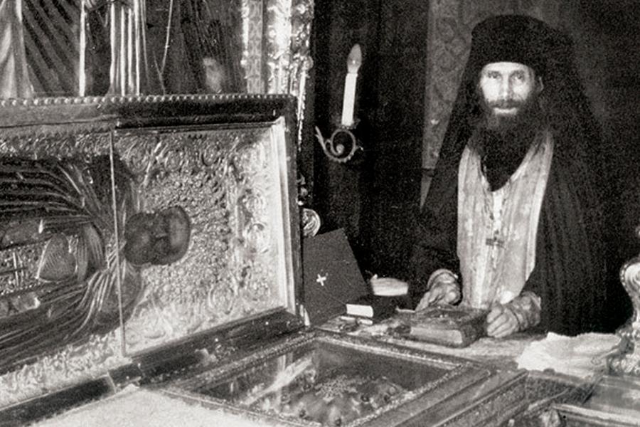 Монах Кирилл у мощей Преподобного Сергия