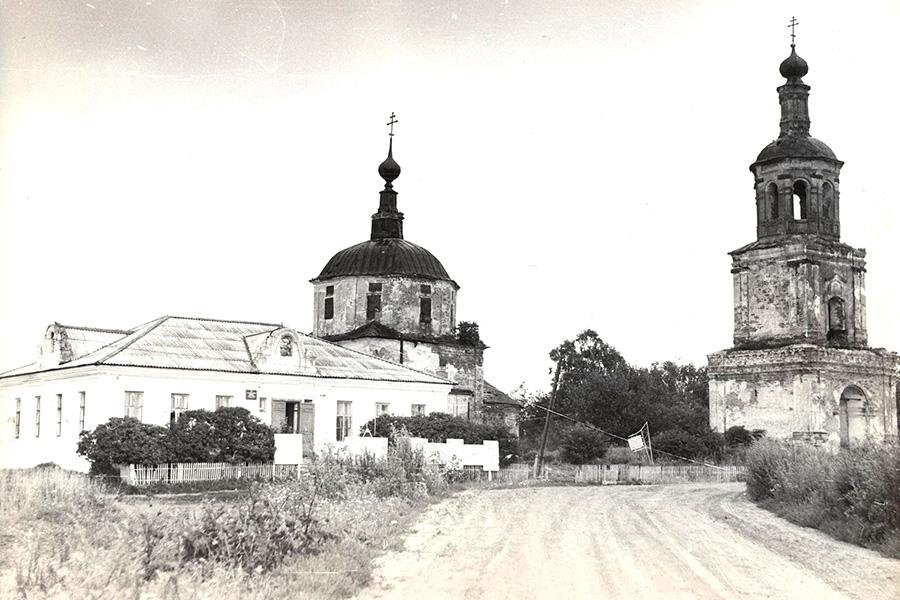 Храм и колокольня в Савцыно в 1979 году
