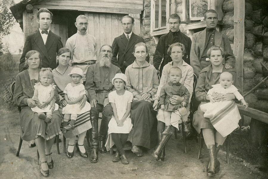 Священник Николай Алексеевич Носов с женой, детьми и внуками, село Юрьевское, 1930 г.
