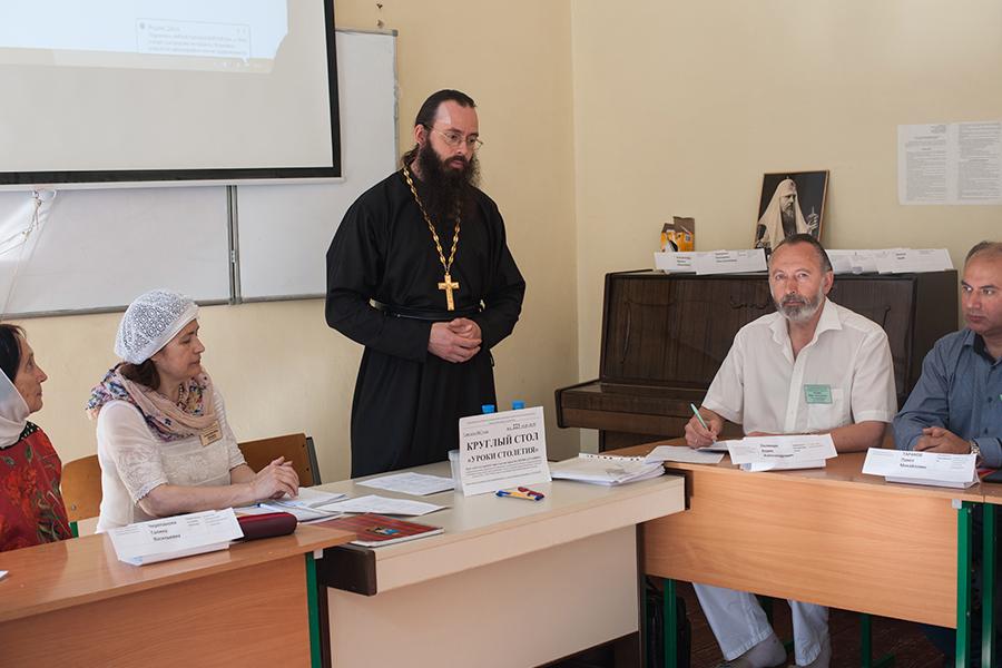 Ведущий круглого стола священник Валерий Духанин