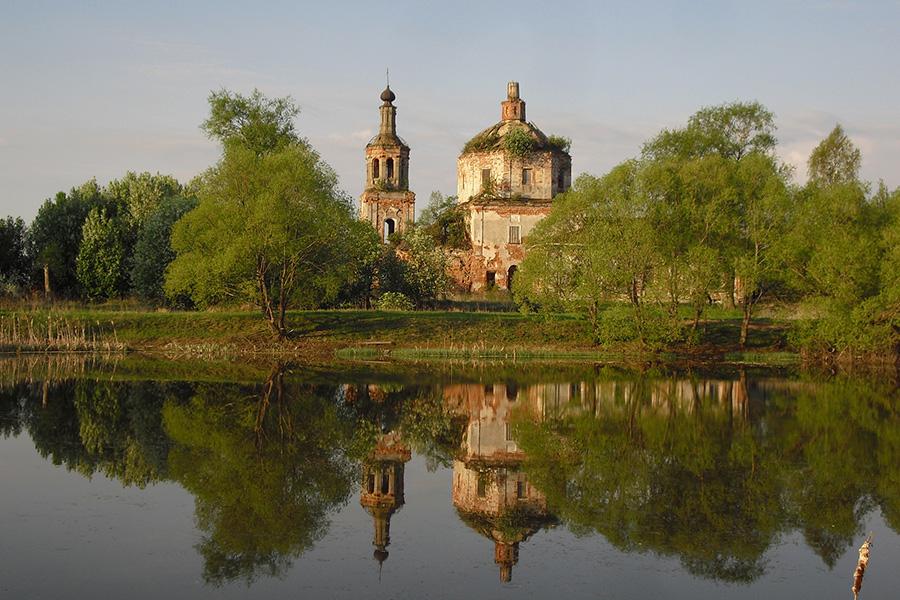 Храм и колокольня в Савцыно до начала восстановления