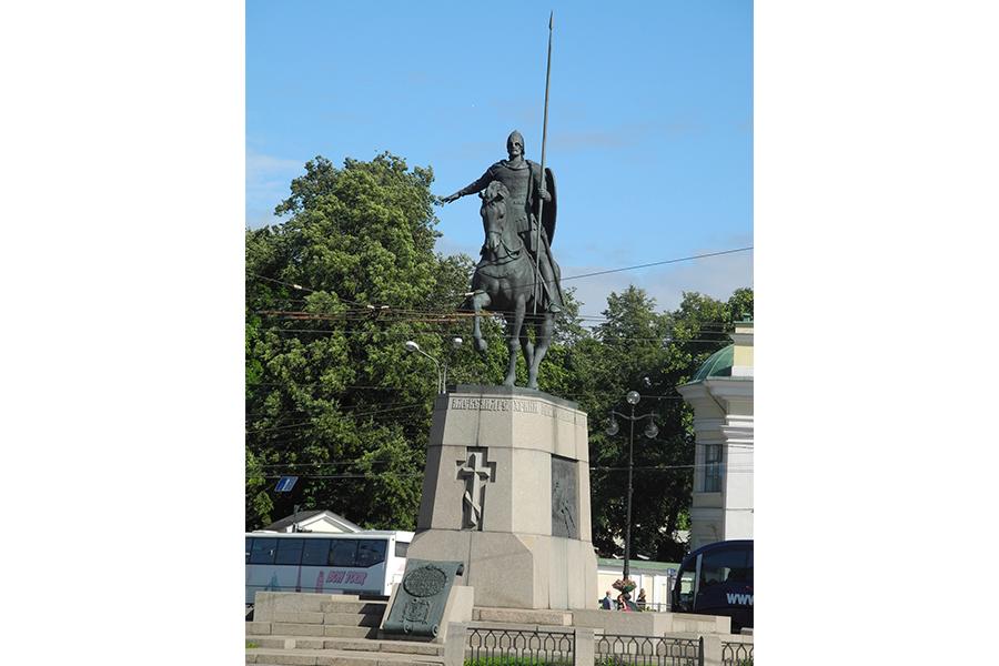 Памятник святому благоверному князю Александру Невскому у входа в Лавру