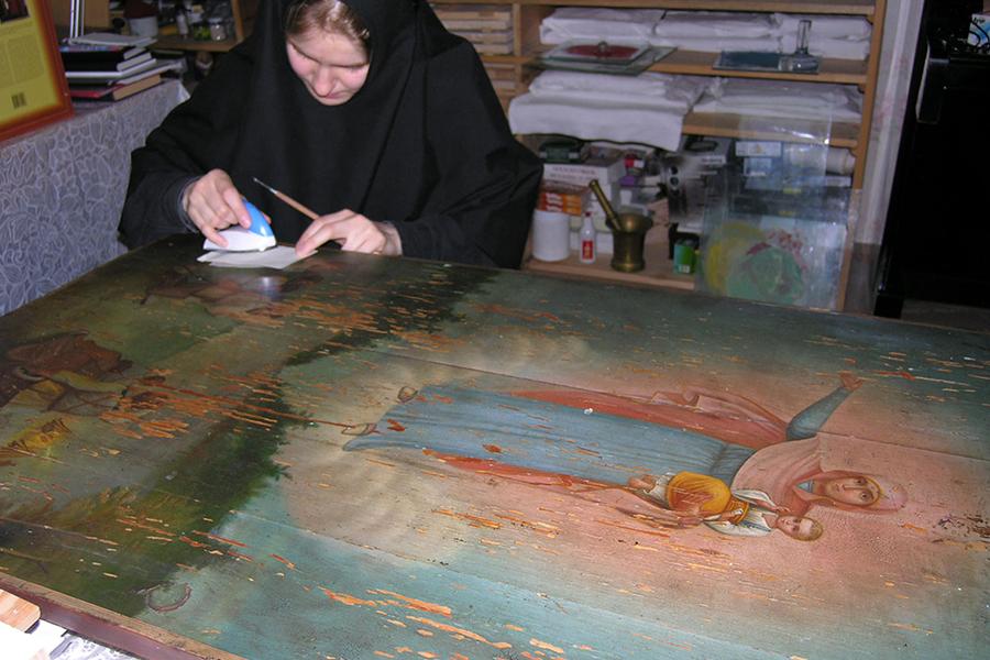 Укрепление красочного слоя на Августовской иконе Божией Матери